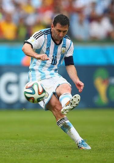 ASÍ SE HACE. El pie de apoyo al lado de la pelota, la zurda dirigiéndolo todo. Argentina se pone 2-1. Su estrella apareció cuando debía y cuando el equipo más lo necesitaba.