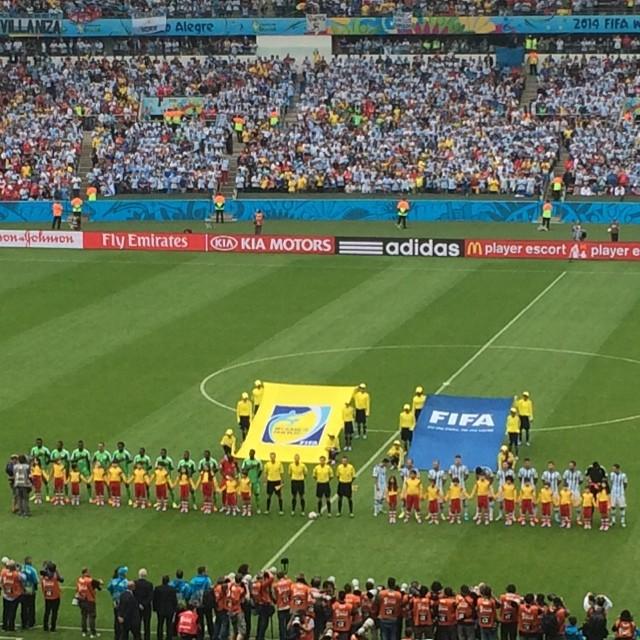 HIMNOS. Argentina y Nigeria están en la cancha. Visión desde el puesto de Am 1030 Fox Sports en Del Plata.
