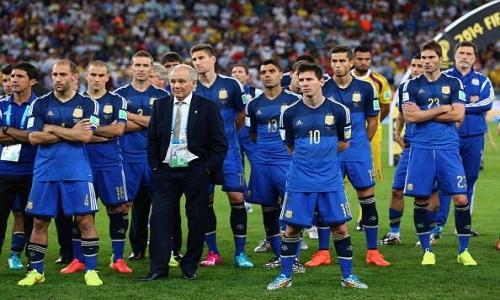 DOLOR. Es el final. Alemania festeja. Los nuestros quedan con la impotencia de habedr hecho un excelente partido, haber tenido las chances para ganar y haberlas desperdiciado. Lo que no hay que desperdiciar es este logro. Argentina jugó una final e hizo un Mundial a la altura de las circunstancias, como lo exige la camiseta y su historia.