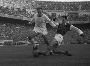 IMPARABLE. Di Stéfano supera con creces a un defensor del Jaén, en un partido por Copa del Rey. Puso al Real Madrid en lo más alto del mundo, le cambió la historia.