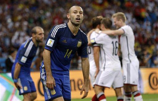 MASCHERANO. Detras de él, festejan los alemanes. A medida que pasaron los partidos, se convirtió en el emblema del equipo. Fue pilar del sentido de pertenencia y de la idea de tirar todos juntos hacia el mismo lado.