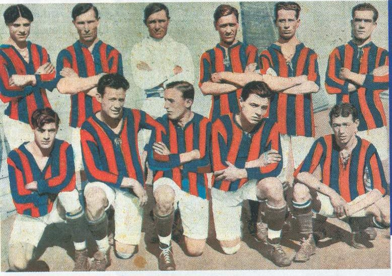 CICLÓN. Jacobo Urso es el primero de la fila de los que están de pie, a la izquierda. Esta es una formación de 1917.