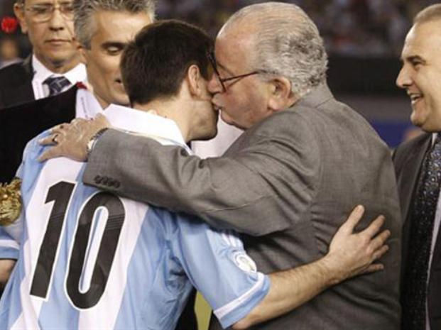 DEBILIDAD. Era lo que tenía Grondona por Messi.  El presidente de la AFA estaba molesto con Martino por unas declaraciones críticas para con él y, sin embargo, iba a llamarlo para conducir la Selección para que Messi estuviera contento y cómodo.