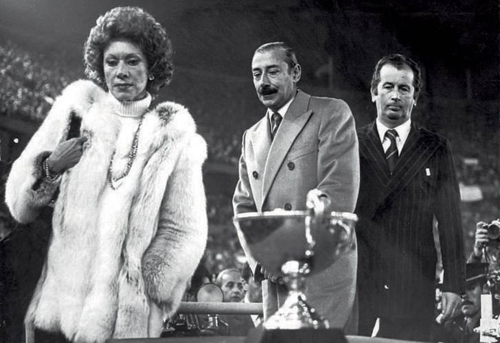 MALAS COMPAÑÍAS. A poco de asumir, en 1979, presentó el partido homenaje al 1er Aniversario de la obtención del título del Mundial 78. Era auspiciado por Clarín y contó con las presencias de Ernestina Herrera de Noble y el dictador Jorge Rafael Videla. Julio Grondona, como flamante presidente de la AFA, compartió palco.