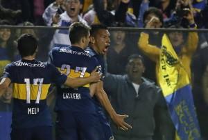 CHÁVEZ. Dos golazos del ex Banfield pusieron a Boca en la siguiuente fase de la Copa Total Sudamericana. Lo abrazan Meli y Calleri. Los tres parecen haber encontrado, por obra y gracia de Arruabarrena, su lugar en el Mundo Boca.