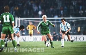 EL BOCHA. Un Bochini de hace 30 años, tratando de someter a los alemanes a su fútbol único. Argentina ganó 3-1 y el crack de Independiente fue figura estelar.