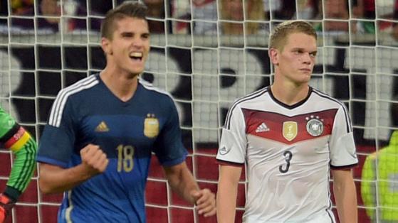 LAMELA. Festeja su primer gol en la Selección Mayor. A su lado, sufre Ginter. Coco es uno de los jugadores de mayor proyección del equipo, pensando en su desarrollo de aquí al Mundial 2018.