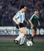 EL BOCHA. Dominándolo todo, hace 30 años, en Düsseldorf. Un recuerdo inolvidable para todos los futboleros argentinos. Y también para los alemanes, que lo rodearon tan sólo mencionando aquella genialidad de 1984.
