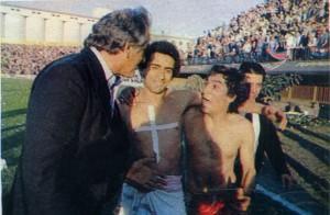GOL HISTÓRICO. Acá está Salinas en un festejo muy especial. Fue el autor del gol de penal con el que Argentinos Juniors le ganó a San Lorenzo 1-0 el 15 de agosto de 1981. Ese gol decretó el descenso del Ciclón y la permanencia en Primera del cuadro de La Paternal. En la foto, de izq. a der., lo acompañan el DT José Varacka y Pedro Remigio Magallanes. Salinas fue de Boca a Argentinos como parte de pago del pase de Maradona.