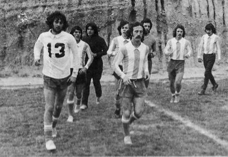 EL MATADOR Y EL PRÓCER. Kempes ya había revolucionado el fútbol argentino jugando para Instituto y Poy ya había metido su celebérrimo gol de palomita. Ambos fueron a correr a la altura de Tilcara para ponerse a punto para el compromiso con Bolivia. Detrás están Bochini, el Negro Galván, Trobbiani, Tripicchio, Cortés y Glaría.