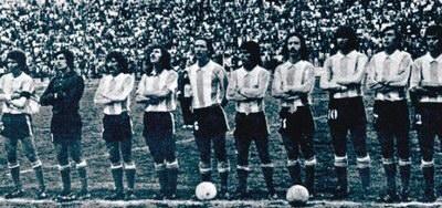 ARGENTINA EN LA PAZ. Finalmente, cuando llegó Sívori, dispuso que jugaran algunos futbolistas de la Selección A, lo que generó gran malestar entre futbolistas que estuvieron todo el ciclo de adaptación a la altura. Aquí están los que entraron a jugar al estadio Hernando Siles el 23 de septiembre de 1973: De izq. a der, Telch (cap.), Carnevali, Glaría, Ayala, Tagliani, Galván, Poy, Kempes, Fornari, Bargas. En la foto, falta Cortés, que actuó como lateral izquierdo.