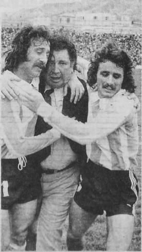 """DON MIGUEL. Todo terminó. Argentina ganó 1-0 en La Paz y dos """"fantasmas"""", Poy y Cortés, abrazan a Ignomiriello con gran afecto. El gran formador de juveniles hasta les cocinó..."""