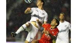 PELEA. Ahí está Vallés, en una lucha despareja con Lucas Suárez. EL ex Godoy Cruz tiene condiciones para la marca, pero hace agua cuando debe proyectarse e influir en ofensiva. Jugó sólo un tiempo.