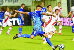 SABER SUFRIR. El 8 de Atlético de Rafaela es Royón. Este remate, ya sobre la hora, fue salvado en la línea por Sánchez. River se llevó tres puntos por los que  luchó mucho.