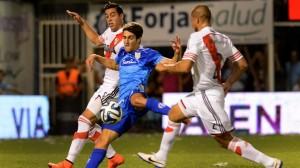 ALBERTENGO. El muy buen delantero de Atlético fue un problema de difícil solución en el primer tiempo. Acá se mete entre Funes Mori y Maidana. El cuadro de Sensini estuvo cerca de la hazaña.