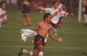FESTEJO LOCO. Celso Ayala revolea su camiseta,  Maisterra abre sus brazos, Solari llega para sumarse. River acaba de empatar por un cabezazo increíble del defensor paraguayo.
