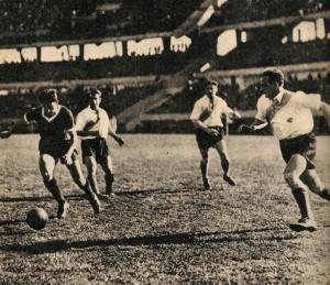 CAMINO A LA GLORIA. De la Mata avanza con la pelota. Ya quedaron atrás Minella y Cuello, llega Santamaría para tratar infructuosamente de cortar la maniobra. Será gol de Independiente. Pero, por sobre todas las cosas, será uno de los mejores goles de la historia del fútbol argentino.
