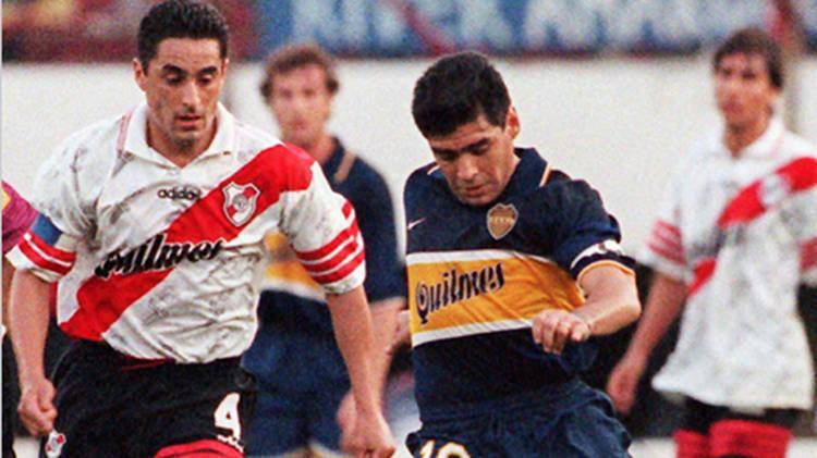 DIEGO. Hace 17 años, Diego jugaba profesionalmente por última vez. Acá, se lleva la pelota ante Hernán Díaz. Todavía se lo extraña.