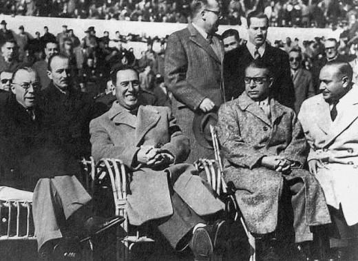RELACIONES CARNALES Y FUTBOLERAS. el primero de la izquierda  es Milton Eisenhower, hermano del presidente de EEUU. Estaba de visita diplomática y el General se lo llevó a ver el Superclásico.