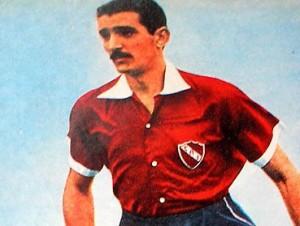 """CAPOTE. La tarde del 12 de octubre de 1939, gambeteó a medio equipo de River y convirtió un gol histórico. """"Quise darle el pase a Erico y me salió al arco"""", solía decir Vicente."""