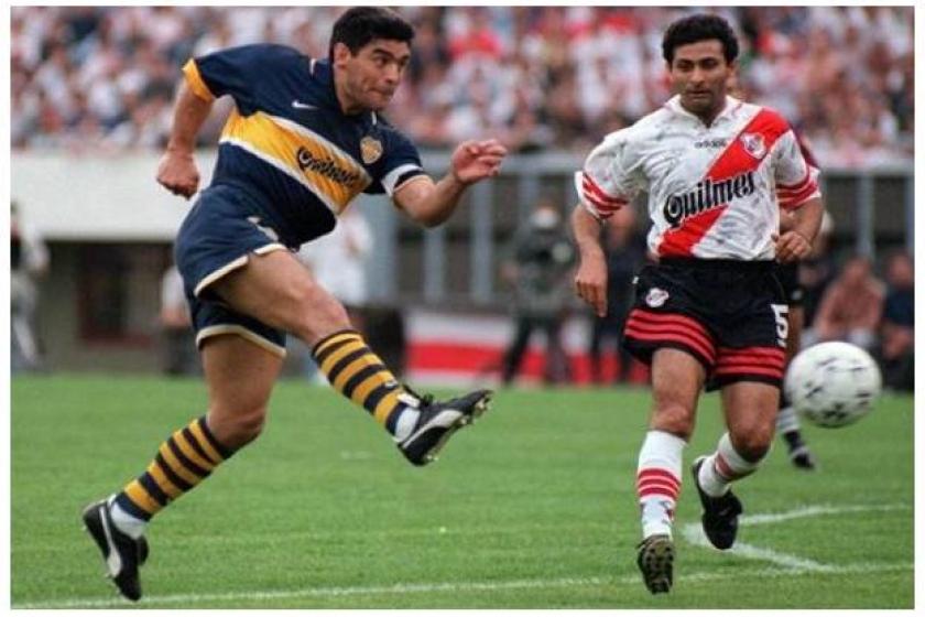 DE DERECHA. Una rareza es que le de con su pierna menos hábil. Lo que no es raro, es que esté Leo Astrada acosándolo. Sucedió todo el tiempo que Maradona estuvo en la cancha.