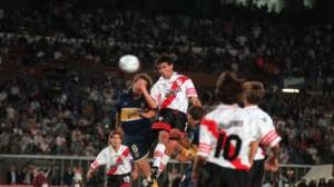 HAZAÑA. Celso Ayala ya le ganó en las alturas a la Tota Fabbri y clavará un cabezazo mortal para la mala salida de Sandro Guzmán. River consuma una de sus mayores proezas en Superclásicos. Estaba 0-3, lo empató y casi lo gana.