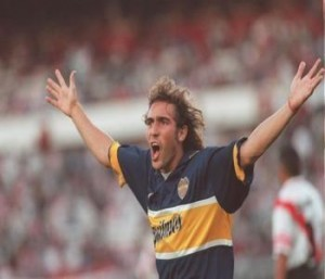 MANTECA. El uruguayo Sergio Martínez arrancó para héroe. Acá festeja uno de sus dos goles. En el segundo tiempo, cuando River estaba con 10 por expulsión de Berizzo y Boca ganaba 3-1, se hizo echar tontamente. River tomó coraje y empató el partido.