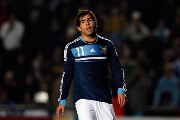ÚLTIMA VEZ. La desazón de Tévez el 16 de julio de 2011. Esa noche, en Santa Fe, Argentina fue eliminada por Uruguay y a Carlitos le atajaron un penal. Fue la última vez que estuvo en la Selección. Corrió mucha agua debajo del puente.  Todos soñamos con que este regreso borre aquel dolor.