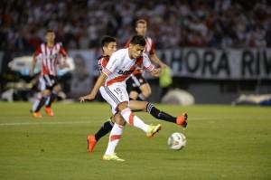 DELICIA. El toque sutil de Teo Gutiérrez pone el 1-0. River crea pocas situaciones de gol, pero es altamente eficaz. Es difícil que desperdicie una situación propicia. Y lo tiene a Teo, que aún en una noche complicada, la rompe.