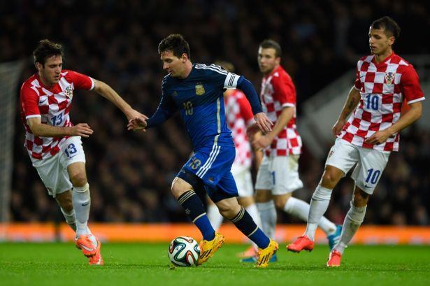 NO PREGUNTO CUÁNTOS SON. Messi rodeado de rivales, como toda la vida. Y, también como siempre, saliendo con la pelota, llevándola hacia destinos más amigables. El 10 argentino jugó un gran partido y nos calmó un poco la ansiedad de verlo brillar otra vez.