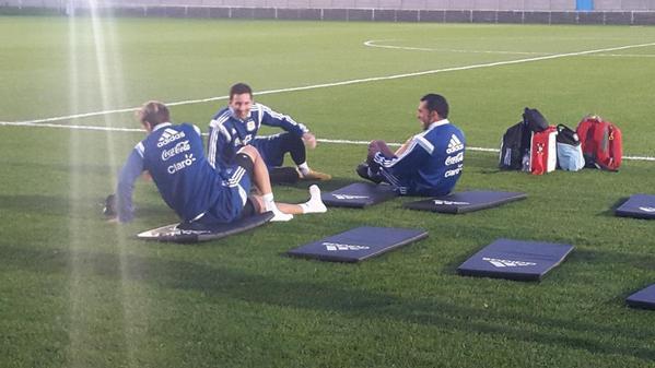 SONRISAS. Messi y Tévez sonríen en el entrenamiento de ayer, con Biglia como testigo. La incorporación del delantero de Juventus será un aporte extraordinario si logra ponerse al servicio de las necesidades del equipo.