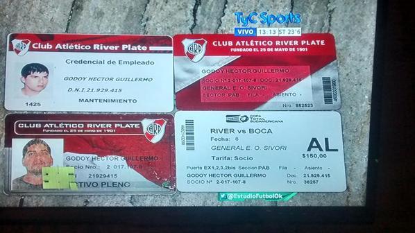 RELACIONES PELIGROSAS. Estos carnets y una entrada para el partido de mañana es lo que se le encontró a Caverna Godoy.