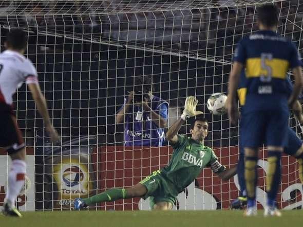 CLAVE. A los 15 segundos de juego, Rojas le hizo un penal a Meli. Barovero se quedó con la pésima ejecución de Gigliotti.