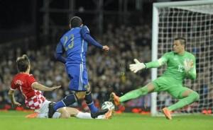 CLARITA. Un pase mágico de Di María dejó a Tévez solo con el arquero. Carlitos cruzó demasiado el disparo final y la pelota salió apenas. Estuvo a un paso del gol.
