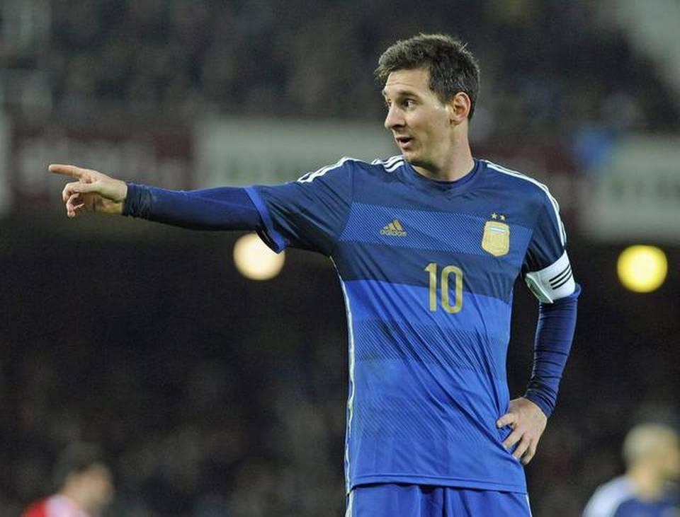 YO, EL CAPITÁN. Esta imagen lo identifica. Volvió a sentirse pieza esencial del equipo, encontró confianza y apoyo en el técnico y fue casi la exclusiva razón de la victoria. Messi nos fascinó a todos, nuevamente.