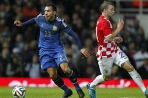 JERARQUÍA. Lo que es indiscutible es que un Tévez como el de juventus mejorará el juego del equipo, si todo va como tiene que ir. Aquí, en una muestra de talento, hace pasar de largo a un defensor croata.