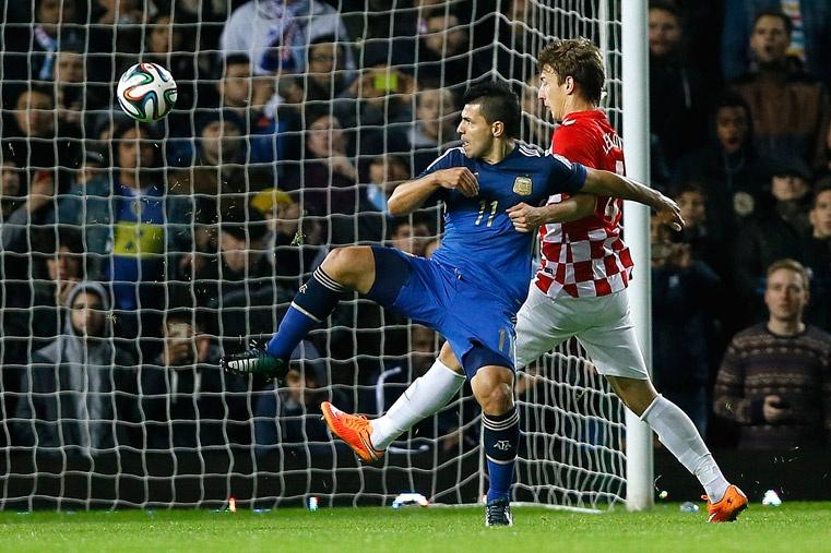 CODITO DE ORO. El Kun Agüero levantó el brazo para protegerse de un disparo de Ansaldi y, de este rebote en su codo, llegó el empate argentino. El Kun alternó buenas y no tan buenas. Pero hizo este gol, mal que mal y le cometieron el penal. Está en gran momento en Inglaterra.