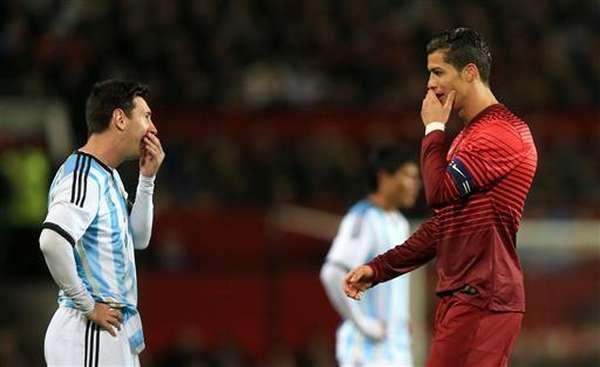 SECRETOS. Messi y CR7 secretean en pleno Old Trafford. Cuando ellos dejaron el partido, todo terminó. Sobró un tiempo.
