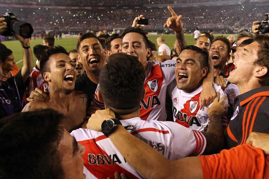 ALEGRÍA SIN FIN. River ya ganó y celebra en el campo de juego del Monumental. Ahora irá por la final de la Copa Sudamericana a Medellín. Tiene con qué ganarla.