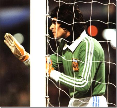 LEYENDA. El Pato ordenando la barrera la noche del 2 a 0 a Paolonia, en el Mundial 78. En ese partido, le atajó un penal a Deyna, un gran jugador polaco.