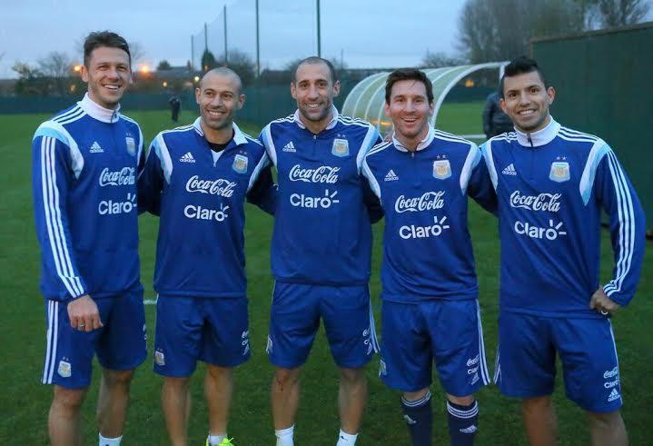 BARSA + CITY. Estupenda foto promocional de la gente de World Eleven, magnífico organizador de la gira de Argentina. Demichelis, Mascherano, Zabaleta, Messi y Agüero.