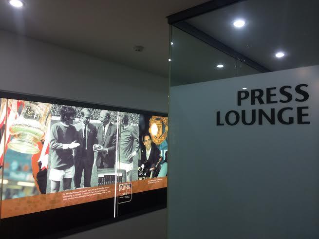 A CADA PASO. Esta es la entrada a una modernísima sala de prensa. En las paredes, la historia del club. En blanco y negro, Matt Busby, Bobby Charlton y Best. Al lado, la presentación de Ruud Van Nistelrooy como jugador del United.