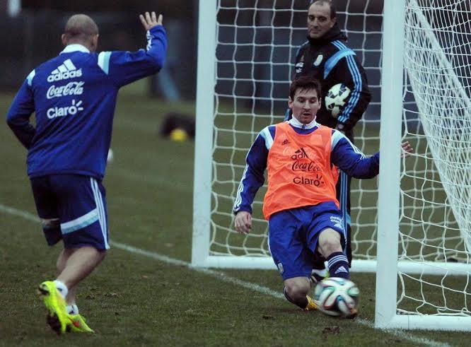 NO FUE GOL. Mascherano opina que sí, Messi lo salva, el entrenador de arqueros Gustavo Piñero es el mejor testigo.