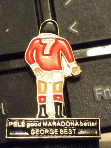 GEORGE BEST. Su carrera y su vida fueron cortas por sus excesos personales, pero su fútbol dejó una marca inolvidable. Y lo recuerdan todos los días, como en este pín comprado en la puerta de Old Trafford.