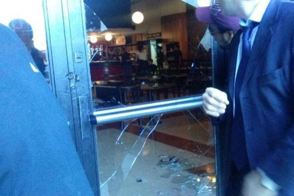 BARBARIE. Así quedasron los vidrios de la confitería de River. Había mucha gente que realizaba sus actividades cotidianas. Los mafiosos no respetan ni al club que dicen querer. Llegó el momento de para --en serio-- esta locura.