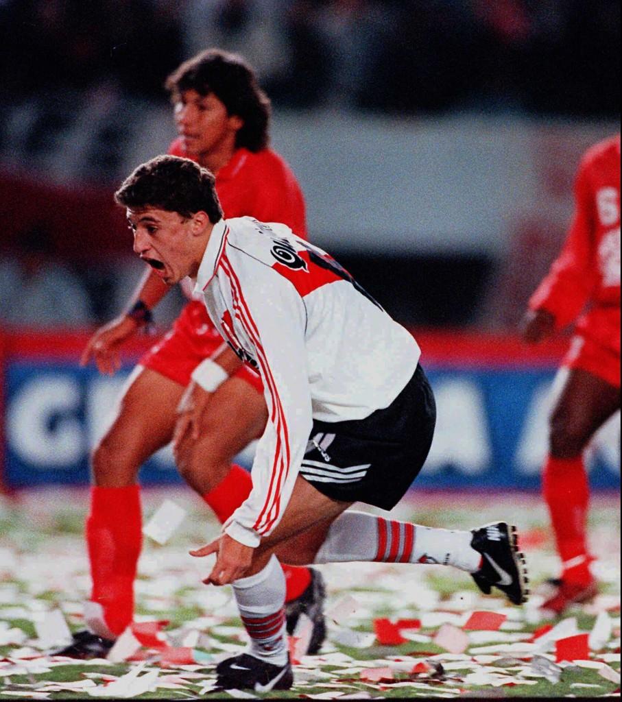 VALDANITO. Hernán Crespo, haciendo honor al apodo que le puso Passarella, convierte el segundo gol de River y el segundo suyo. River gana la Copa otra vez. Fue el último partido de Crespo con la camiseta de la Banda Roja.