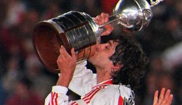 ENZO. La Copa está en las mejores manos. Francescoli volvió de Europa a coronar su carrera con la Copa Libertadores. La vida y el fútbol fueron justos con él. Levanto el trofeo más anhelado con la camiseta de River y la cinta de capitán.