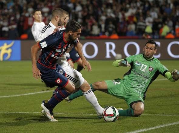 CONTROLADO. Benzemá intenta, Mas no lo deja, Torrico achica. El partido todavía estaba 0-0 y, aún con dificultades, San Lorenzo podía controlar a su adversario. Después, Real Madrid no perdonó y el Mundial de Clubes se fue a la Casa Blanca.