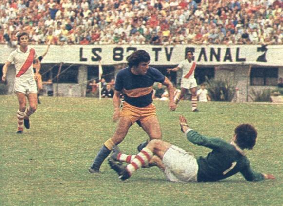CLÁSICO EN COLORES. Mané Ponce se prepara para gambetear a Carlitos Barisio. Jorge Dominichi y el uruguayo Jorge Vázquez completan la escena. Boca derrotó a River 4 a 0 el 12 de marzo de 1972. Fue la primera vez que un superclásico estuvo en el PRODE.