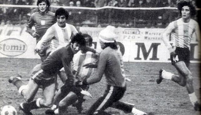 GATTI. El Loco se juega la ropa ante el gran Kaszmierz Deyna, mientras Carrascosa intenta el último cruce, Tarantini corre a cubrir el arco y Gallego piensa en un posible rebote. EL 24 de marzo de 1976, el día del golpe de estado, la Selección Argentina ganó 2-1 en Polonia.